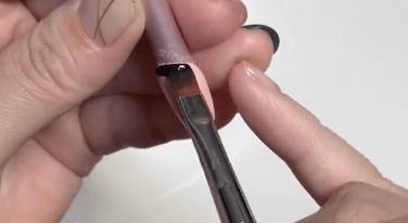 ジェルネイルでのフレンチネイルのやり方(爪先が薄い色の場合)