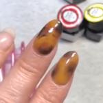 ジェルネイルで「べっ甲ネイル」のやり方2パターンと色の組み合わせを紹介